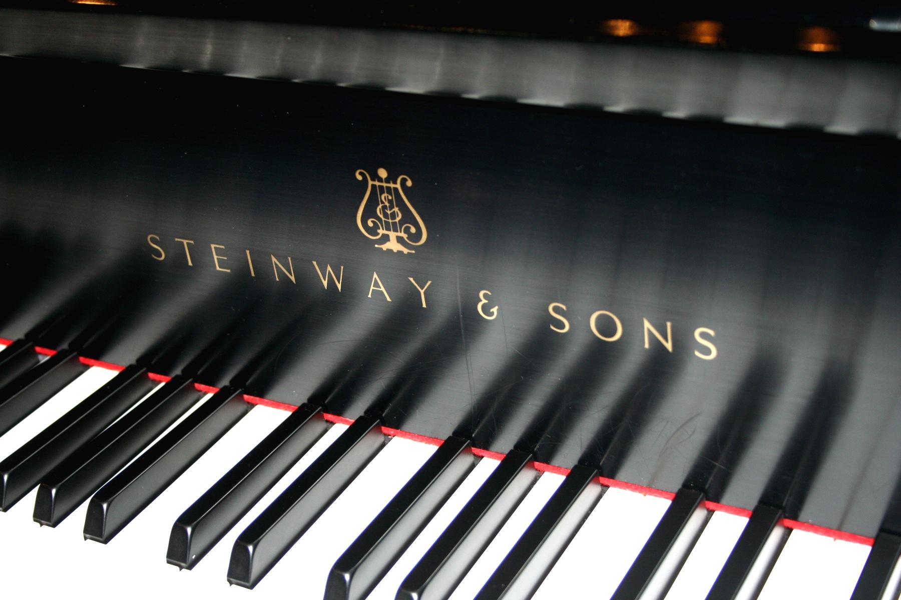 Steinway_&_Sons,_keys_and_modern_logo